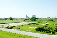 多摩川沿いの公園とテニスコート 20021004637| 写真素材・ストックフォト・画像・イラスト素材|アマナイメージズ