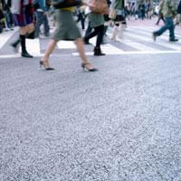 交差点を歩く人の足