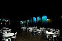 夜のレストランのテーブル