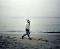 海岸を歩く女性 20021005291| 写真素材・ストックフォト・画像・イラスト素材|アマナイメージズ