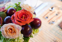 結婚式のテーブルの上の花束 20021005514  写真素材・ストックフォト・画像・イラスト素材 アマナイメージズ