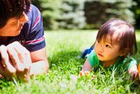 芝生の上でくつろぐ親子 20021005517| 写真素材・ストックフォト・画像・イラスト素材|アマナイメージズ