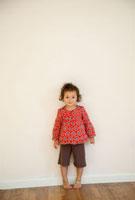 壁際にたつ少女 20021005578  写真素材・ストックフォト・画像・イラスト素材 アマナイメージズ