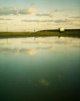 朝焼けの空と大きな水溜りとキャンピングカー 20021005664| 写真素材・ストックフォト・画像・イラスト素材|アマナイメージズ