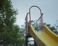 雨の公園の滑り台