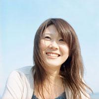 青空と笑顔の女性 20021005693| 写真素材・ストックフォト・画像・イラスト素材|アマナイメージズ