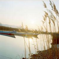 ススキと川のボート 20021005694| 写真素材・ストックフォト・画像・イラスト素材|アマナイメージズ