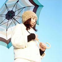 傘をさした笑顔の女性 20021005695| 写真素材・ストックフォト・画像・イラスト素材|アマナイメージズ