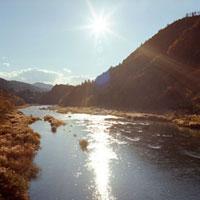 川と太陽の輝き 20021005699| 写真素材・ストックフォト・画像・イラスト素材|アマナイメージズ