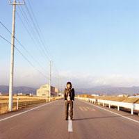 道路に立つ男性 20021005702| 写真素材・ストックフォト・画像・イラスト素材|アマナイメージズ
