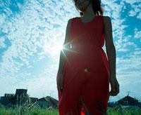 赤いワンピースを着た女性と光 20021005707| 写真素材・ストックフォト・画像・イラスト素材|アマナイメージズ