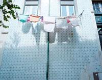 窓の外に干した洗濯物 20021005715| 写真素材・ストックフォト・画像・イラスト素材|アマナイメージズ