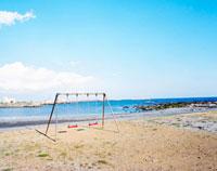 白浜の海辺のブランコ