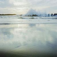 夕暮れのテトラポッドと波しぶき 20021005774| 写真素材・ストックフォト・画像・イラスト素材|アマナイメージズ