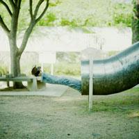 滑り台から伸びる足 20021005777| 写真素材・ストックフォト・画像・イラスト素材|アマナイメージズ