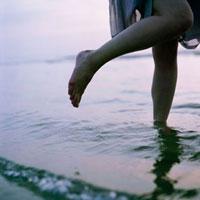 夕暮れ波打ち際に立つ女性の足 20021005779| 写真素材・ストックフォト・画像・イラスト素材|アマナイメージズ