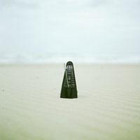 内灘海岸の砂浜とメトロノーム 20021005785| 写真素材・ストックフォト・画像・イラスト素材|アマナイメージズ