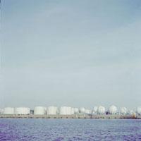 青い海と整列する白いタンク