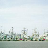 整列する漁船 20021005795| 写真素材・ストックフォト・画像・イラスト素材|アマナイメージズ