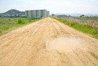 水たまりのある道とマンション 20021005802| 写真素材・ストックフォト・画像・イラスト素材|アマナイメージズ