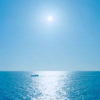 海に浮かぶ船と太陽 20021005808| 写真素材・ストックフォト・画像・イラスト素材|アマナイメージズ