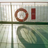 フェリーのデッキから望む救命浮き輪 20021005809| 写真素材・ストックフォト・画像・イラスト素材|アマナイメージズ