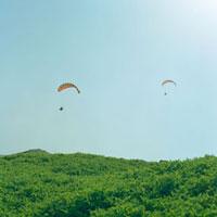 パラシュートと青空 20021005810| 写真素材・ストックフォト・画像・イラスト素材|アマナイメージズ