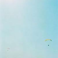 パラシュートと青空 20021005811| 写真素材・ストックフォト・画像・イラスト素材|アマナイメージズ