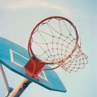 バスケットゴールと青空 20021005812| 写真素材・ストックフォト・画像・イラスト素材|アマナイメージズ