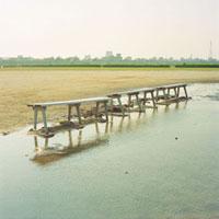水たまりとベンチ 20021005813| 写真素材・ストックフォト・画像・イラスト素材|アマナイメージズ