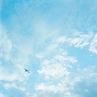 青空と飛行機 20021005814| 写真素材・ストックフォト・画像・イラスト素材|アマナイメージズ