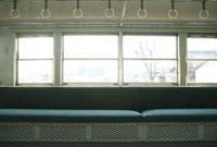 電車の座席と吊革と窓