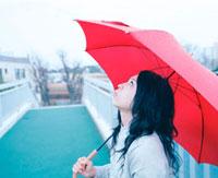 陸橋の上で赤い傘をさした女性 20021005847| 写真素材・ストックフォト・画像・イラスト素材|アマナイメージズ