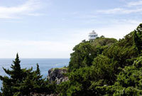 城ヶ崎海岸より望む崖の上の灯台と船