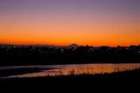 夕暮れの川と街並み