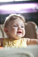笑顔の生後6ヶ月の女の子
