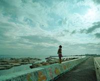 海を見る女の子と道