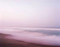夕暮れの海と波
