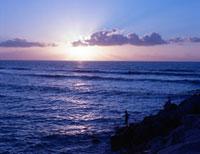海に沈む夕日 20021005962| 写真素材・ストックフォト・画像・イラスト素材|アマナイメージズ