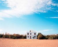 白い家と青空 20021005963| 写真素材・ストックフォト・画像・イラスト素材|アマナイメージズ