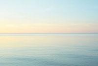 夕暮れ時の波のない静かな海 20021006041| 写真素材・ストックフォト・画像・イラスト素材|アマナイメージズ