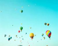 空に浮かぶ気球 20021006076| 写真素材・ストックフォト・画像・イラスト素材|アマナイメージズ