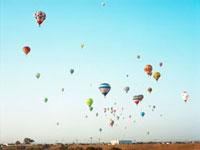 空に浮かぶ気球 20021006078| 写真素材・ストックフォト・画像・イラスト素材|アマナイメージズ