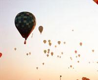 夕焼け空に浮かぶ気球 20021006079| 写真素材・ストックフォト・画像・イラスト素材|アマナイメージズ