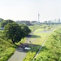 多摩川沿いの道と女子学生 20021006176| 写真素材・ストックフォト・画像・イラスト素材|アマナイメージズ
