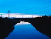 川水面に写る、マジックアワーの空