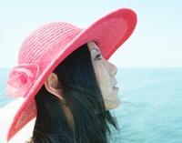 赤い帽子の女の子と青い海 20021006224| 写真素材・ストックフォト・画像・イラスト素材|アマナイメージズ