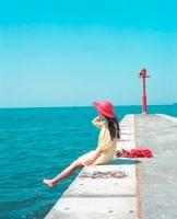 赤い帽子の女の子と青い海 20021006226| 写真素材・ストックフォト・画像・イラスト素材|アマナイメージズ