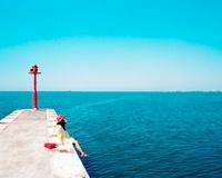赤い帽子の女の子と青い海 20021006229| 写真素材・ストックフォト・画像・イラスト素材|アマナイメージズ