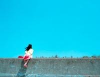 赤い帽子の女の子と青い海 20021006231| 写真素材・ストックフォト・画像・イラスト素材|アマナイメージズ